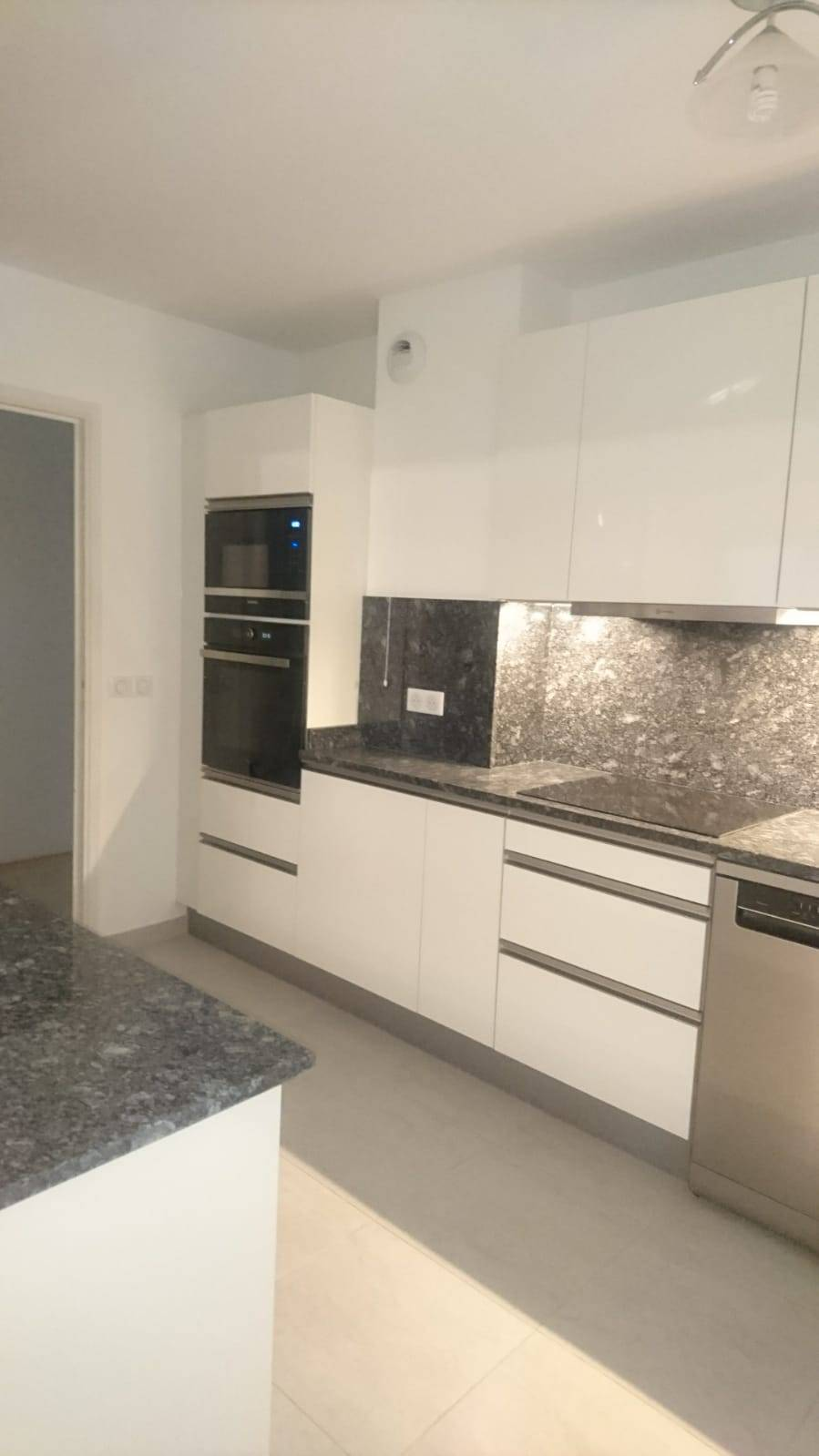 Plan Travail Granit Portugal conception d'une cuisine sur mesure, blanche (thermolaminé
